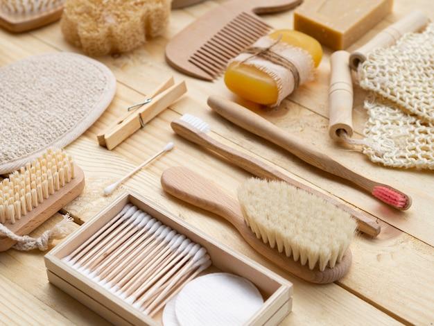 Hoge hoekopstelling met houten verzorgingsproducten