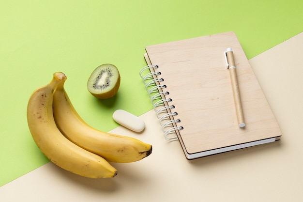 Hoge hoekopstelling met kantoorbehoeften en fruit