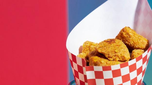 Hoge hoekopstelling met kipnuggets