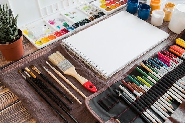 Hoge hoekopstelling met kleurrijke kleurpotloden