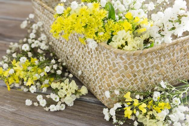 Hoge hoekopstelling met mand met bloemen