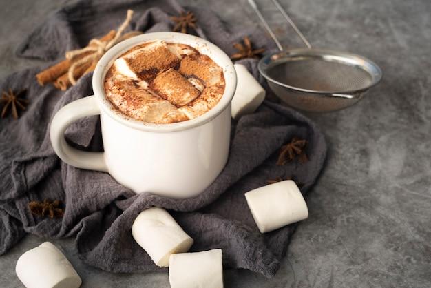 Hoge hoekopstelling met mok met marshmallows