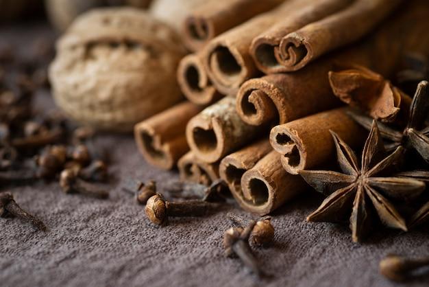 Hoge hoekopstelling met noten en kaneelstokjes