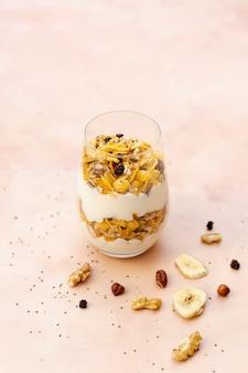Hoge hoekopstelling met ontbijt in een glas