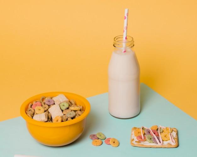 Hoge hoekopstelling met ontbijtgranen en een fles melk