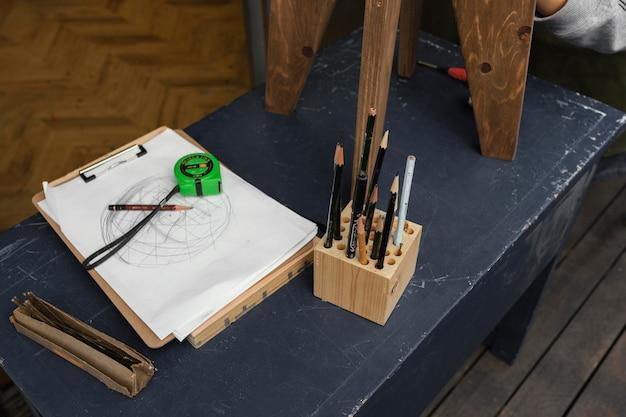 Hoge hoekopstelling met potloden en tekening