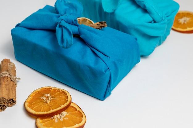Hoge hoekopstelling met stof en stukjes sinaasappel