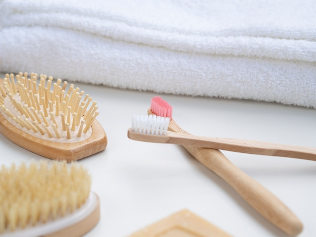 Hoge hoekopstelling met tandenborstels en handdoeken