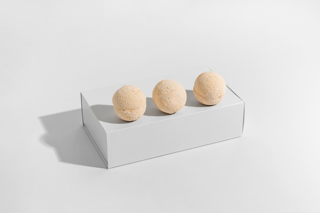 Hoge hoekopstelling van oranje badbommen in doos
