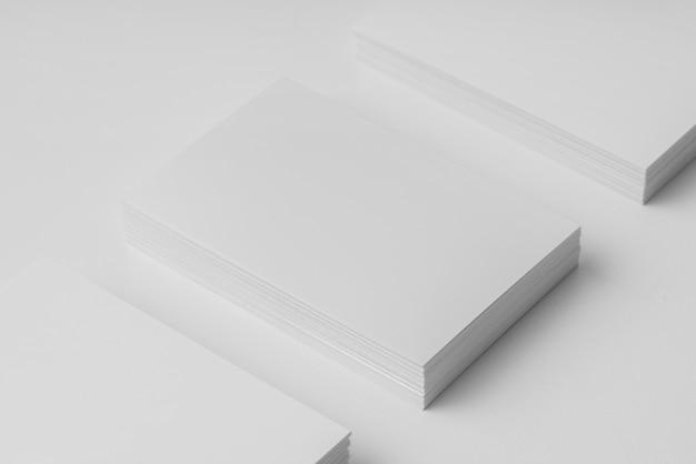 Hoge hoekopstelling van witte visitekaartjes