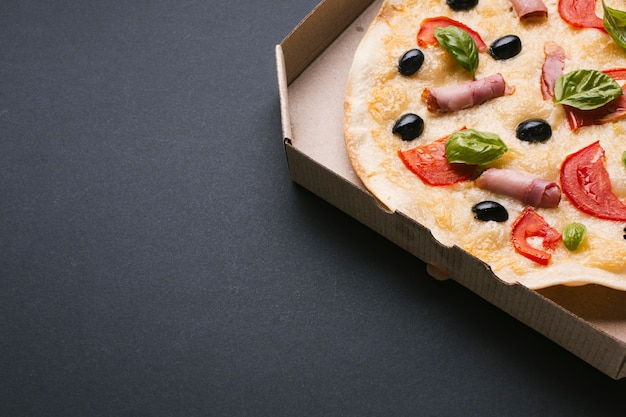 Hoge hoekpizza op zwarte achtergrond