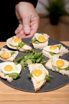 Hoge hoekplaat met gebakken eieren