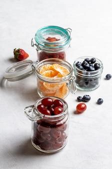 Hoge hoekpot met fruitschikking