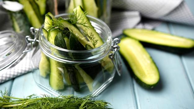 Hoge hoekpot met komkommers