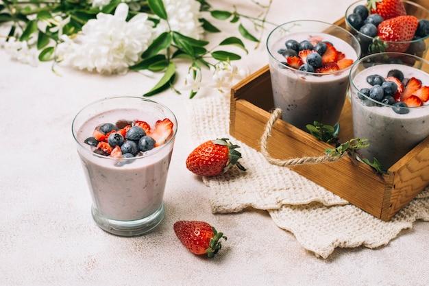Hoge hoekrangschikking van bosbessen en aardbei smoothies