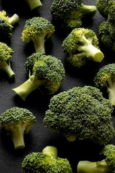 Hoge hoekregeling van heerlijke verse broccoli close-up