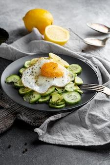 Hoge hoeksalade met ei