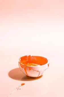 Hoge hoeksamenstelling met oranje verf in kom