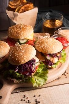 Hoge hoekschikking van smakelijke hamburgers