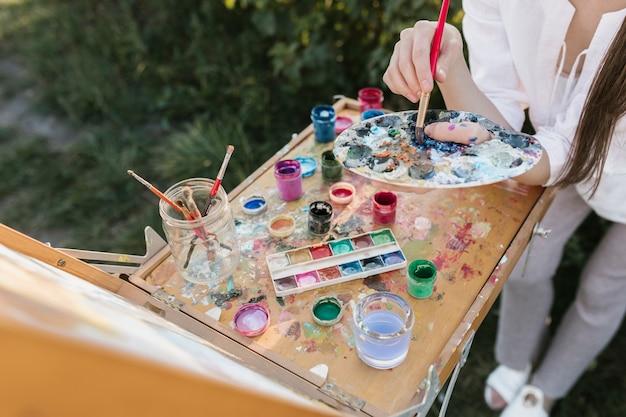 Hoge hoekschilder met schilderelementen