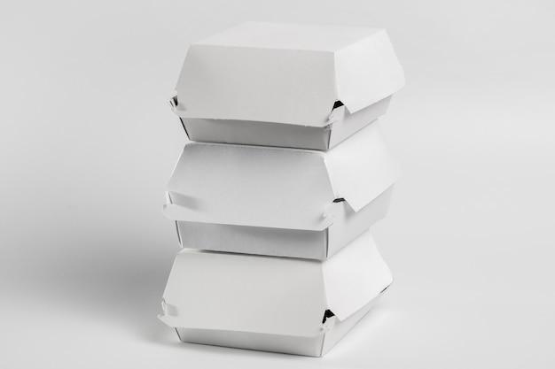 Hoge hoekstapel backages van fastfoodburgers