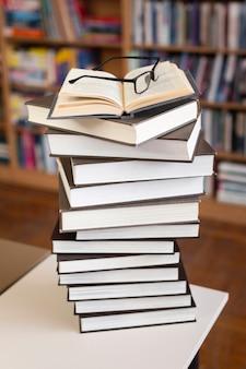 Hoge hoekstapel boeken