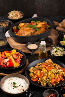Hoge hoektafel vol heerlijke gerechten