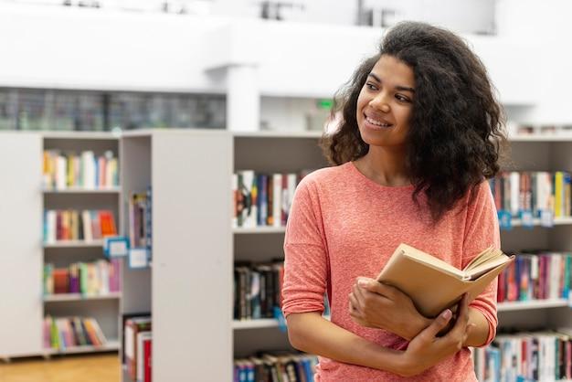 Hoge hoektiener bij bibliotheeklezing