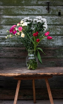 Hoge hoekvaas met bloemen