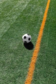 Hoge hoekvoetbal op veld