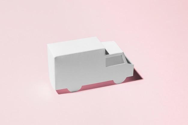 Hoge hoekvrachtwagen op roze achtergrond