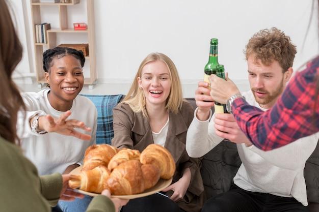 Hoge hoekvrienden die croissants hebben