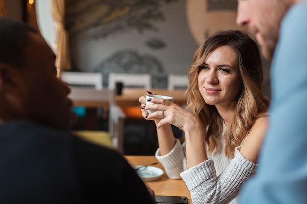 Hoge hoekvrienden die koffie drinken