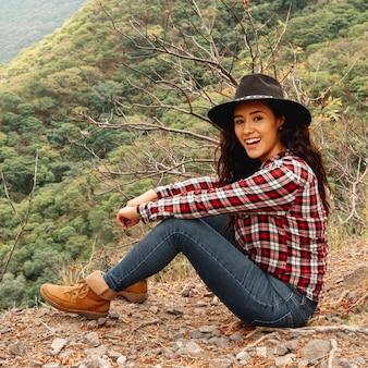 Hoge hoekvrouw bij bergen het onderzoeken