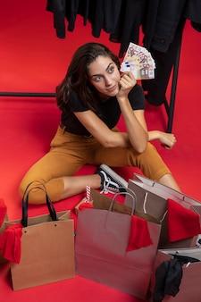 Hoge hoekvrouw bij winkelen die weg eruit ziet