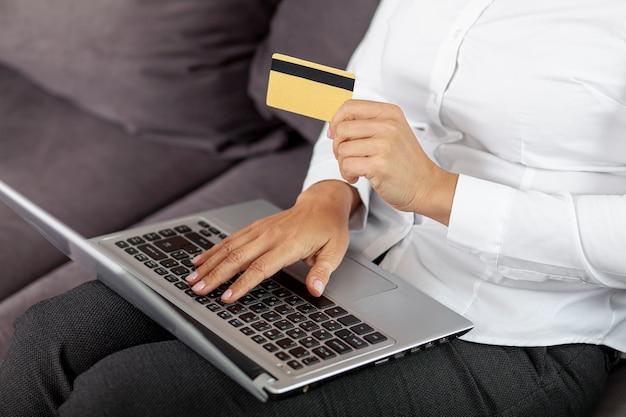 Hoge hoekvrouw die dingen online koopt