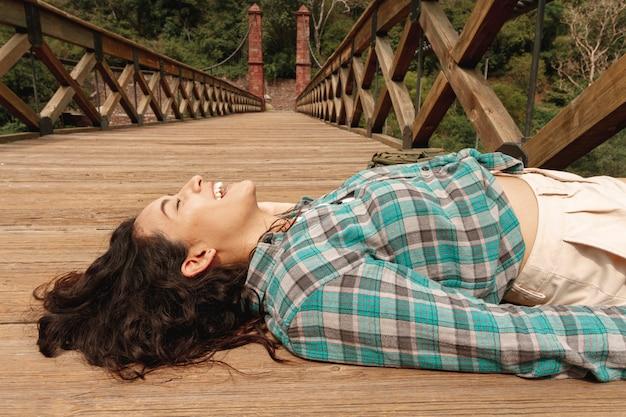 Hoge hoekvrouw die op brug wordt gelegd