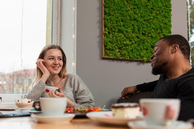 Hoge hoekvrouw en man bij restaurant