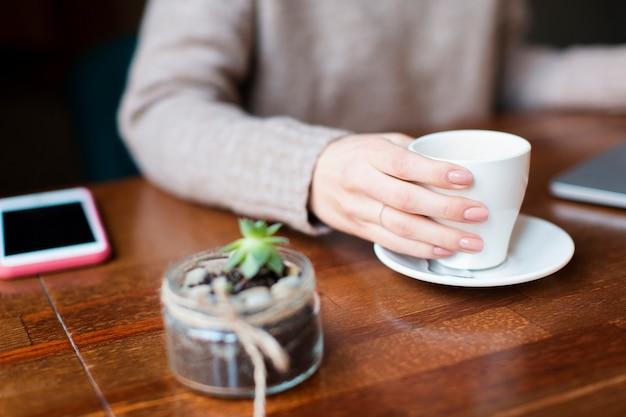 Hoge hoekvrouw het drinken koffie