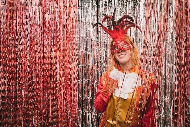 Hoge hoekvrouw met masker bij carnaval-partij