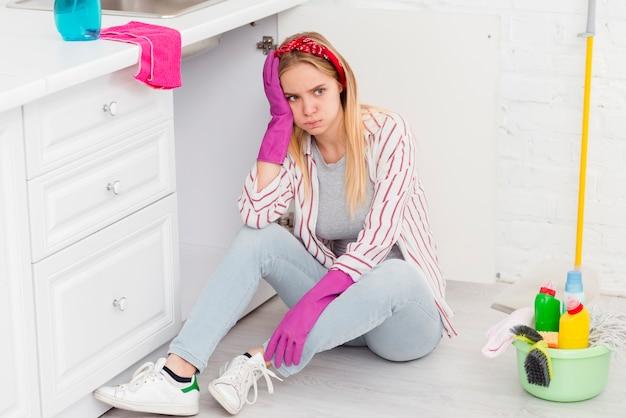 Hoge hoekvrouw moe van het schoonmaken