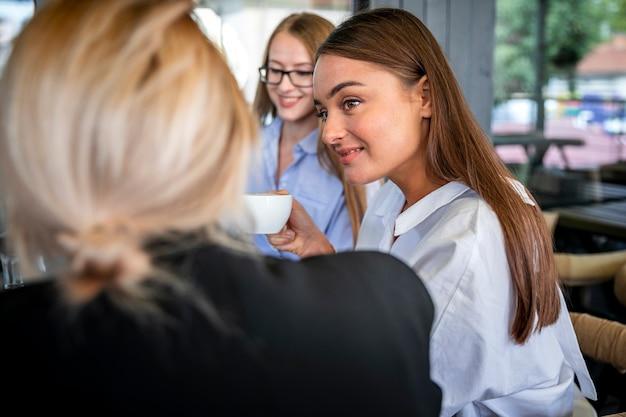 Hoge hoekvrouwen op het werkvergadering