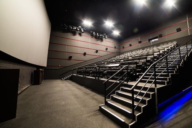 Hoge hoekweergave van scherm en rijen comfortabele rode stoelen in verlichte rode kamerbioscoop