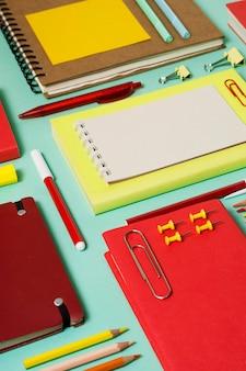 Hoge hoekwerkruimte met notitieboekjes