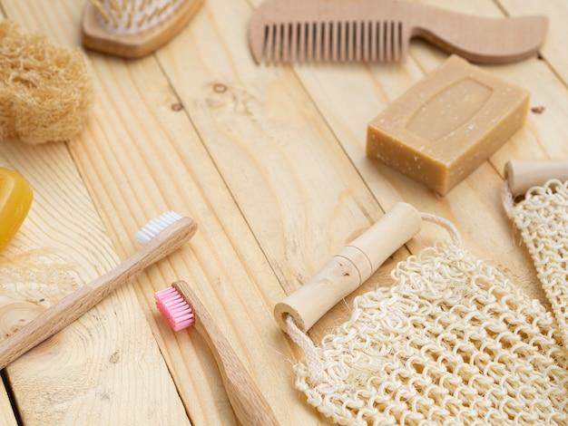 Hoge hoekzeep en spons op houten achtergrond