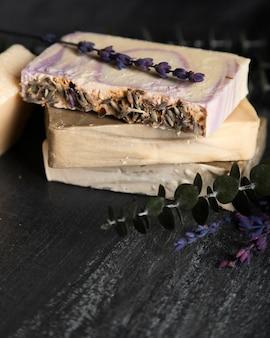 Hoge hoekzeep gemaakt van lavendel