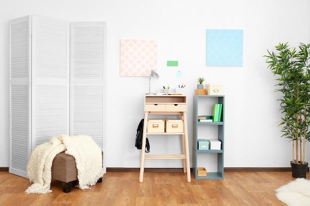 Hoge houten tafel als sta-werkplek in modern interieur