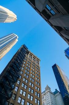 Hoge kantoorgebouwen in de stad