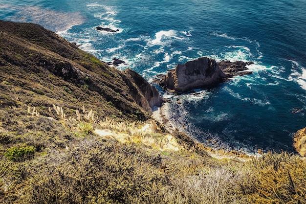 Hoge kliffen van de rotsachtige kust in big sur, californië