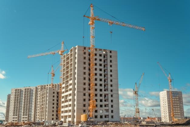 Hoge kranen en constructie van hoogbouwwoningen